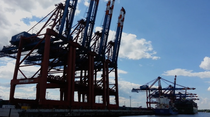 Turmhohe Verladekräne im Hamburger Hafen